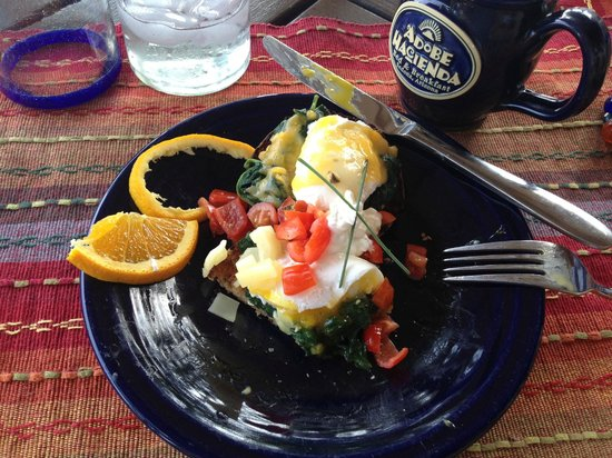 Adobe Hacienda Bed & Breakfast: Breakfast the first morning--Eggs Florentine Adobe Hacienda style