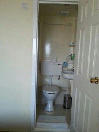 Rosemount Hotel: WC collé à la SDB trop étroit