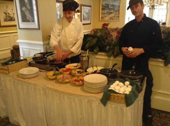 The Bellmoor Inn and Spa: Omelette Bar in Hotel Dining Room