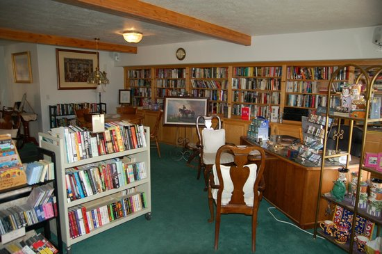 Novel House Inn at Zion: Library and gifts