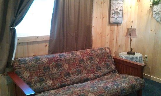 Evergreen Motel: sofa in cabin 4