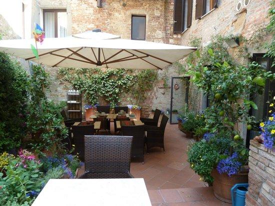 Courtyard - Picture of Albergo Duomo, Montepulciano - TripAdvisor