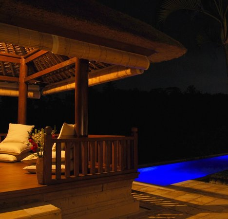 Villa Santai: View of sitting/massage bale at night
