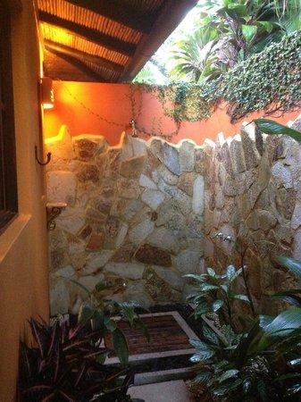 Nayara Resort Spa & Gardens: Room 7 outdoor shower