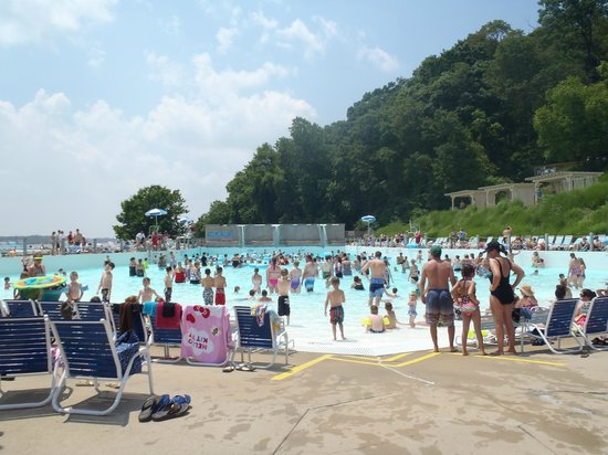 Raging Rivers: Wave Pool Area