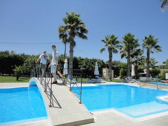 Stavros Melathron Studios : piscina