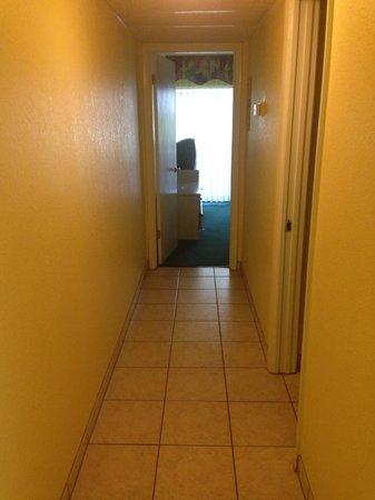 Grand Lake Resort : Long hallway