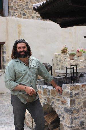 Thalori Traditional Village: Markos en gril