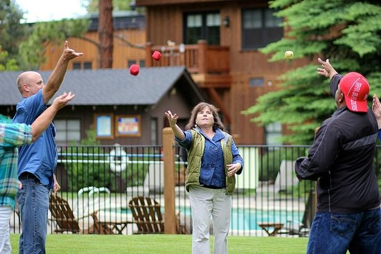 Five Pine Lodge & Spa: Group Juggling on the Lawn