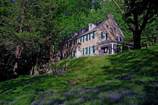 Stony Point Bed & Breakfast: Exterior of the hilltop B&B