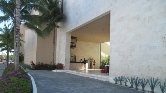 The Elements Oceanfront & Beachside Condo Hotel: Front entrance/front desk of The Elements