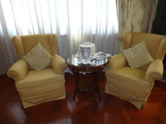 Hotel Palazzo Stern: Sitting area with prosecco greeting