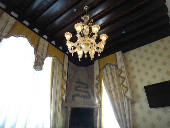Hotel Palazzo Stern: Beautiful hand blown glass chandelier and scones in Room 304