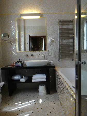 Hotel Palazzo Stern: Jacuzzi tub and spacious bathroom (largest we experienced in Italy!)