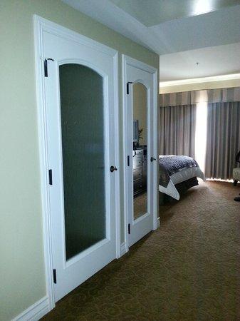 La Bellasera Hotel and Suites: Bathroom Door and Closet Door