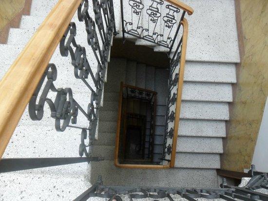 Locanda ai Bareteri: Escaleras para llegar a la habitación