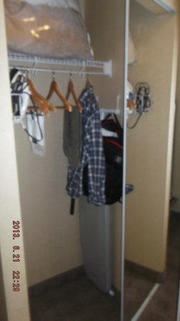 Hampton Inn & Suites by Hilton Calgary-Airport: closet