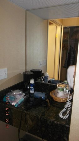Hampton Inn & Suites by Hilton Calgary-Airport: coffee maker area