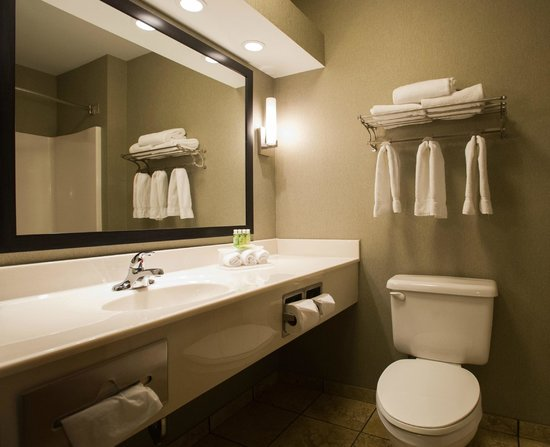 Holiday Inn Express Hotel & Suites Topeka West I70 & Wanamaker: Guest Bathroom