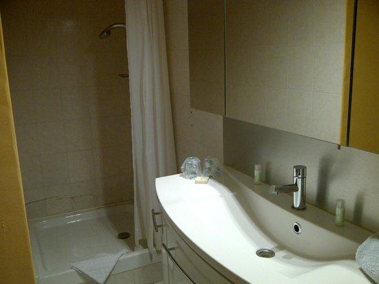 La Garbure: salle de bains chambre 20