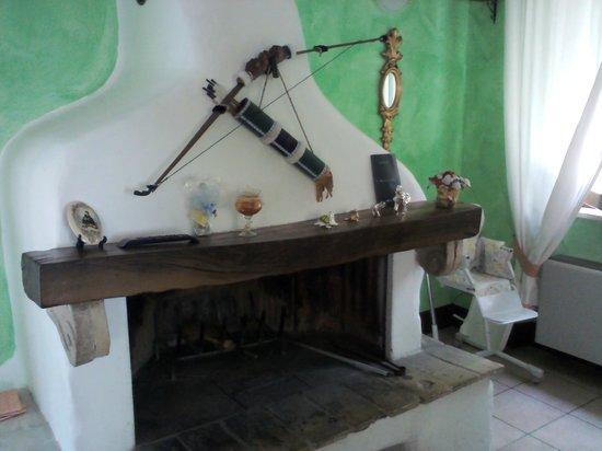 La Petrella: caminetto della saletta