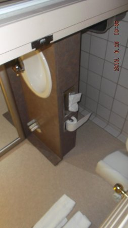Comfort Inn & Suites Calgary Airport: outdated bathroom