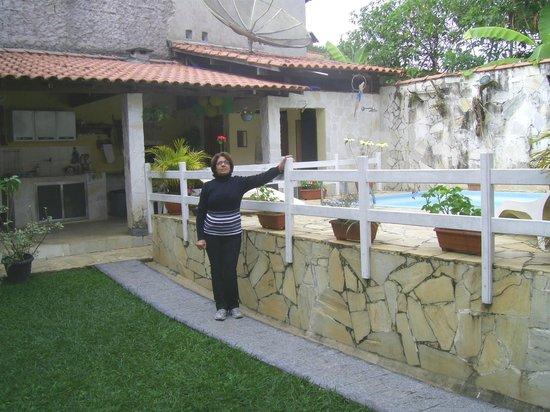 Pousada Da Nina: Minha mãe posando ao lado da área da piscina.