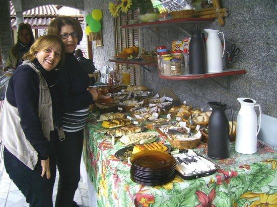 Pousada Da Nina: Mãe e tia aproveitando o fantástico café da manhã