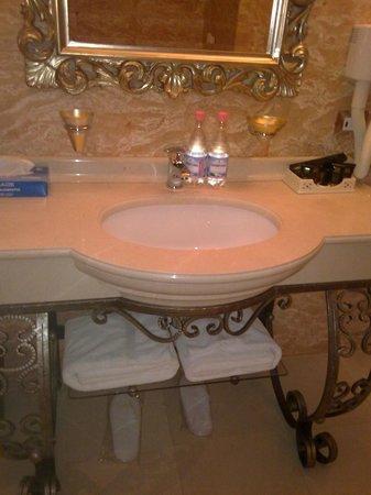 Xheko Imperial Hotel: bathroom