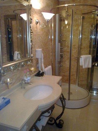 Xheko Imperial Hotel: suite bathroom