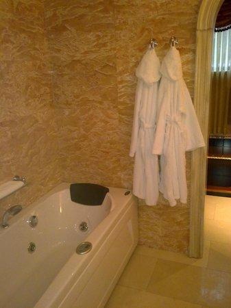 Xheko Imperial Hotel: suite bath
