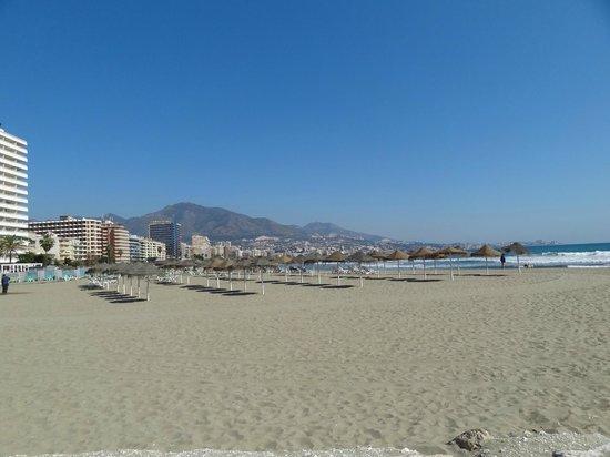 Hostal Los Corchos Playa: Beach at Fuengirola
