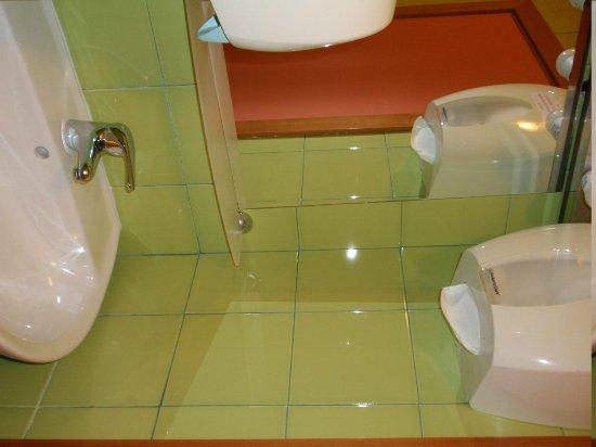 Academy Hostel: shared bathroom