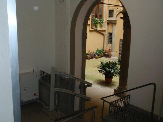Academy Hostel: Small courtyard you enter into