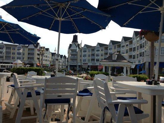 McLoone's Pier House: Outdoor seating between boardwalk and beach