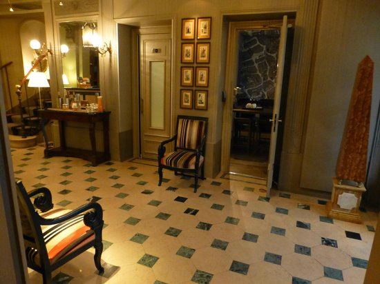 Louison Hotel: Hotel reception area