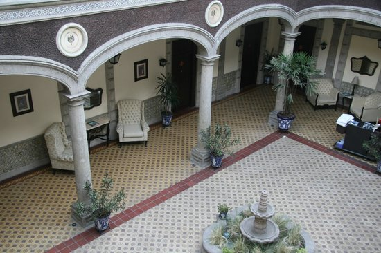 Hotel Morales Historical & Colonial Downtown Core: shady courtyard