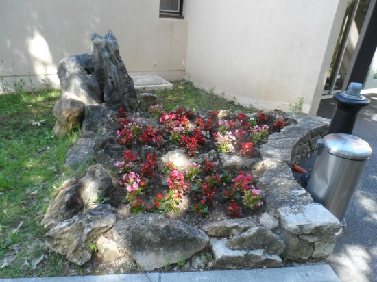 Ibis Antibes Sophia Antipolis : Flowers near the main entrance