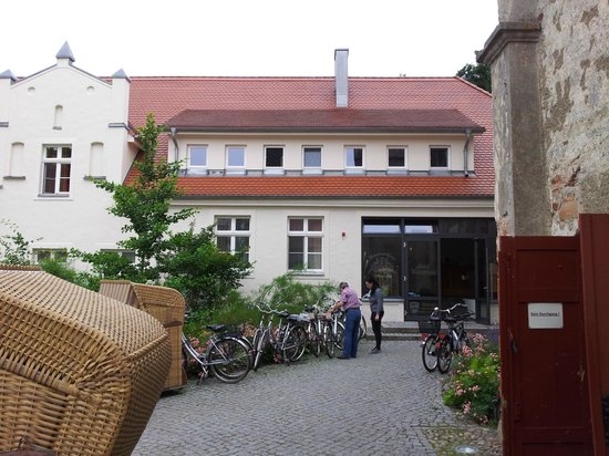 Wasserschloss Mellenthin: main entrance+bicycles for hire
