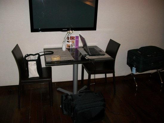 Las Suites : Dining area in room