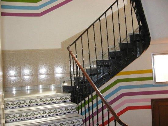 Equity Point Madrid Hostel: Hall menant aux chambres, mélange de moderne et rustique