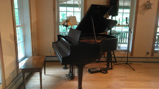 Cobble House Inn Bed and Breakfast: Elegant Baby Grand available in our Event Space/Chapel