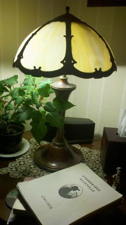 Cobble House Inn Bed and Breakfast : Antiques accent our Dining and Sitting Rooms