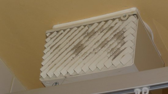 The Wellington Hotel: Vent in Bathroom needs dusting