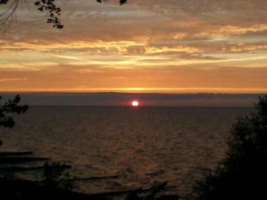 Anchor Motel and Cottages : Sunset on Lake Erie