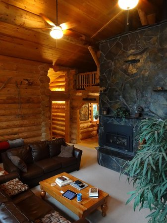 Bear Paw Lodge: Lodge living area