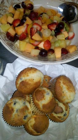 Cobble House Inn Bed and Breakfast: Morning greets our guests with fresh fruit and baked goodies