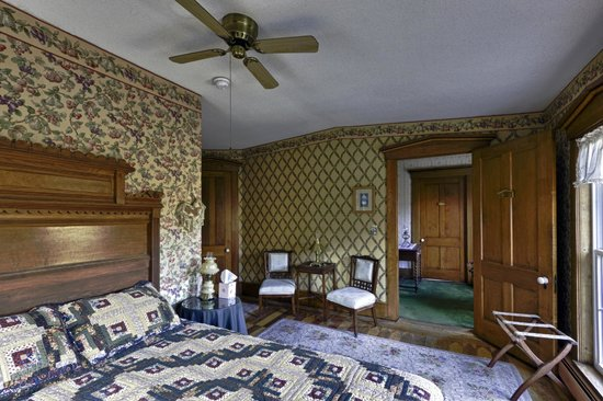 Cobble House Inn Bed and Breakfast: The Sparhawk Room...