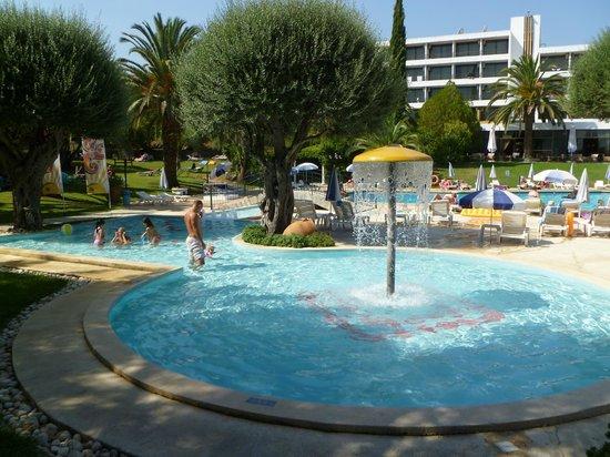 Aquis Park Hotel : zwembad en hotel