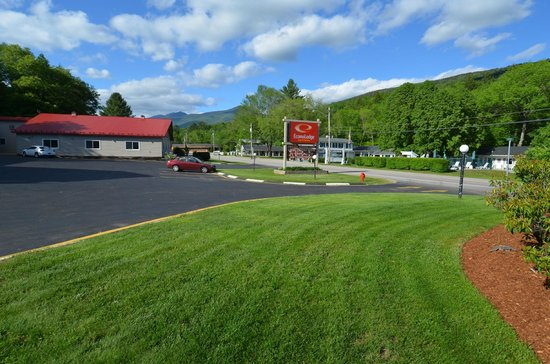 Econo Lodge Inn & Suites: Front View